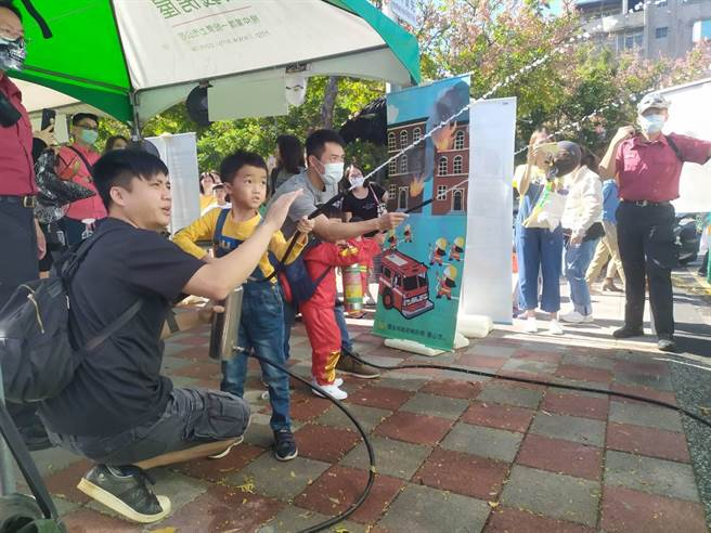 消防局在現場設置各式宣導攤位,讓小朋友能親身體驗。(翻攝照片/林郁平台北傳真)