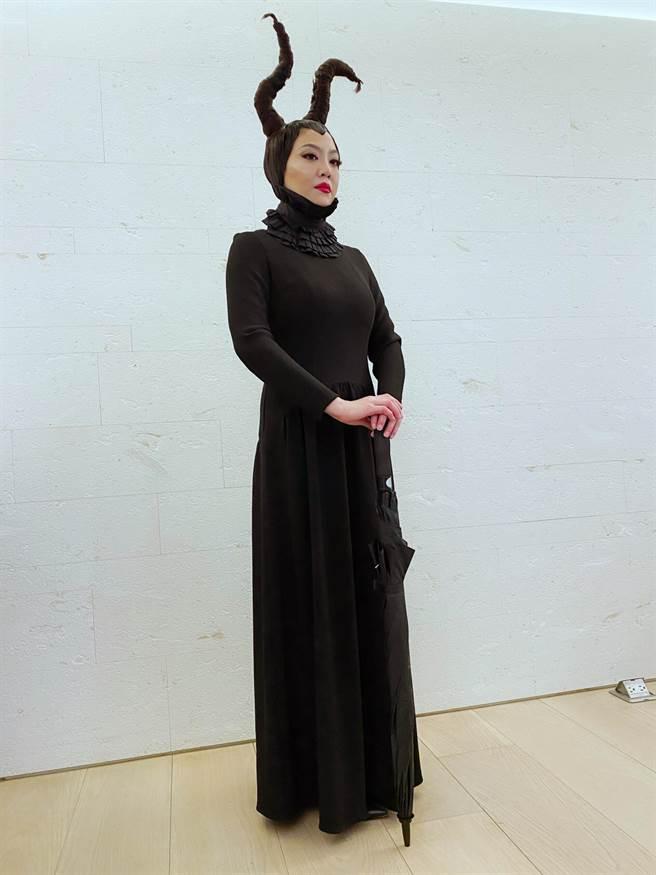 「髮神」吳依霖因應萬聖節變裝黑魔女。(喜鵲娛樂提供)