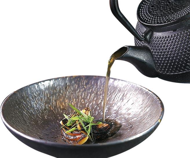 FirePlay Taipei主廚Nick口中的「衝!衝!衝!」,是用洋蔥澄清湯搭配炭烤蝦荑蔥和日本的珍珠洋蔥的〈洋蔥澄清雞湯〉。圖/姚舜