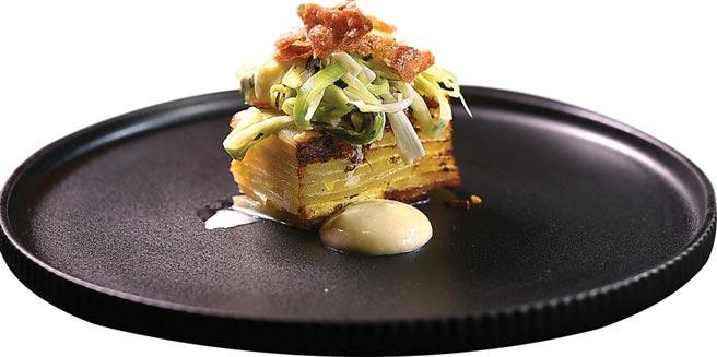 以鯷魚香蒜醬提味並以蒜苗和雞皮增加風味與口感的〈洋芋千層〉,是以加值手法將傳統牛排的Side Dish翻轉為一開胃菜式。圖/姚舜