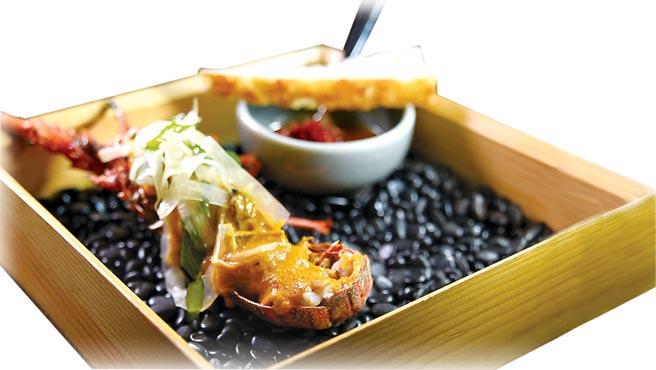 〈炭烤小龍蝦〉是用加了淡菜增鮮的南洋咖哩醬提味,呈盤時並以茴香沙拉置頂增加口感。圖/姚舜