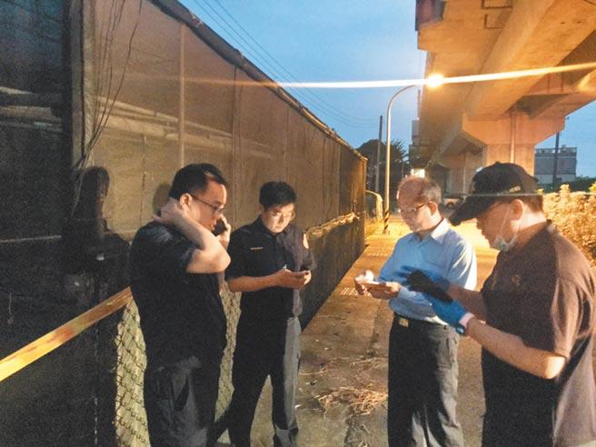 警方29日封鎖台鐵橋下便道,搜索鍾女下落。(讀者提供/曹婷婷台南傳真)