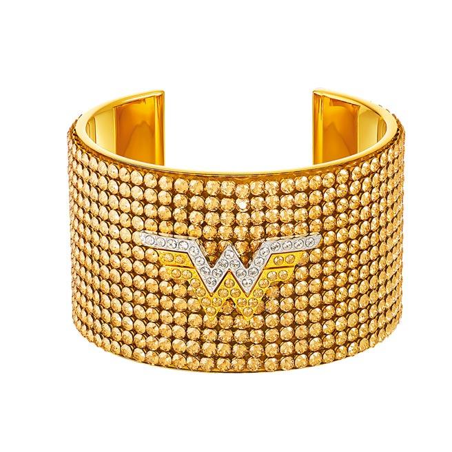 施華洛世奇與神力女超人推出聯名珠寶,手鐲9990元。(Swarovski提供)