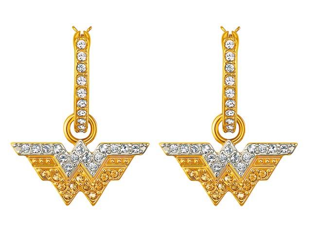 施華洛世奇與神力女超人推出聯名珠寶,耳環3990元。(Swarovski提供)