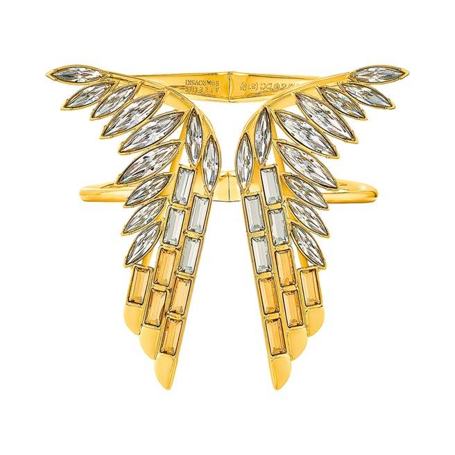 施華洛世奇與神力女超人推出聯名珠寶,飛鷹黃金戰甲手鐲2萬4900元。(Swarovski提供)