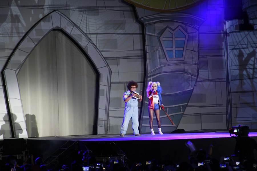 納豆、徐凱希分別裝扮成鬼娃恰吉、小丑女。(年代提供)