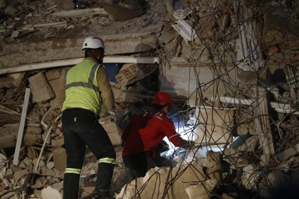 在土國倒塌的17棟建築中,救難人員已完成9棟的搜索,並救出至少100人。圖為救難隊徒手清理石礫,尋找受困民眾。(圖/美聯社)