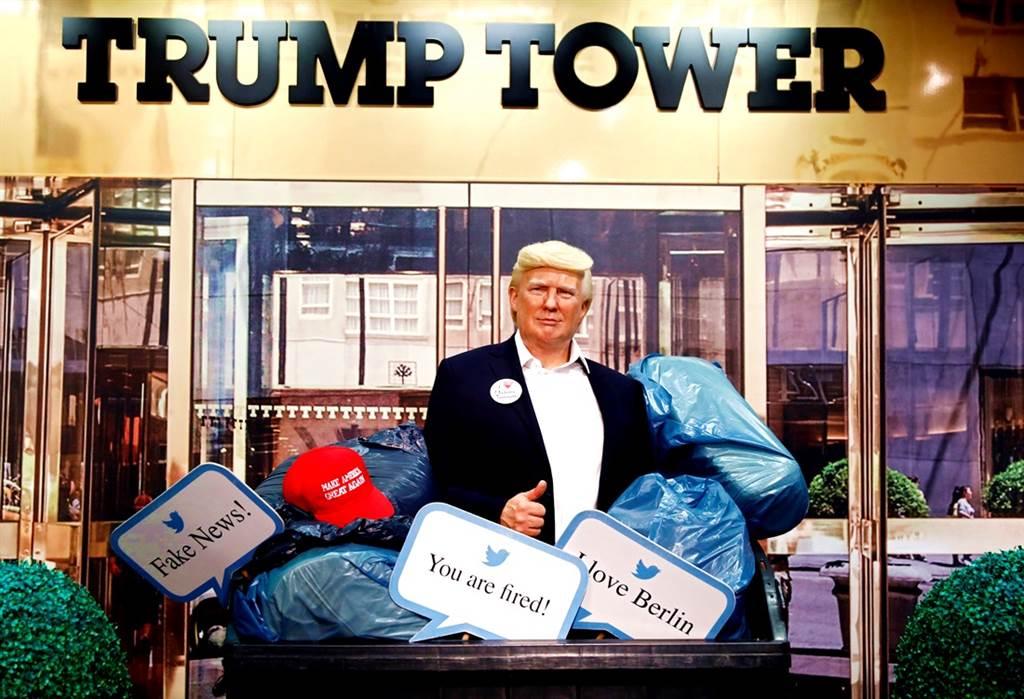 德國柏林杜莎夫人蠟像館在美國總統大選登場前「大動作」表態,將川普的蠟像當成廢棄物一般丟進大型垃圾桶。(圖/路透社)