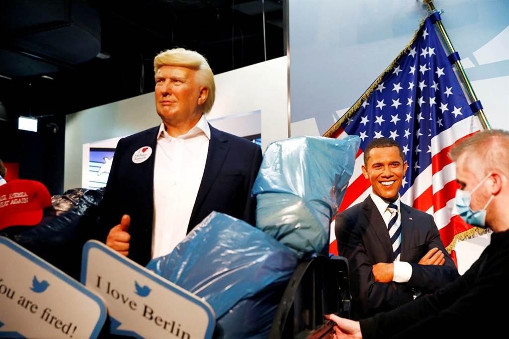 德國柏林杜莎夫人蠟像館在美國總統大選登場前「大動作」表態,將川普的蠟像當成廢棄物一般丟進大型垃圾桶,川普蠟像被推離館內時,還經過一旁笑臉盈盈的歐巴馬蠟像。(圖/路透社)