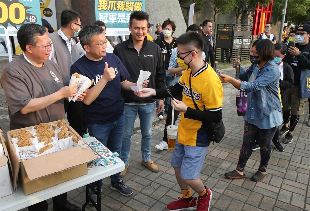 立法院副院长蔡其昌(左2)去年与桃园市长郑文灿(左1)对赌中职总冠军赛,输了200份鸡排。(黄国峰摄)
