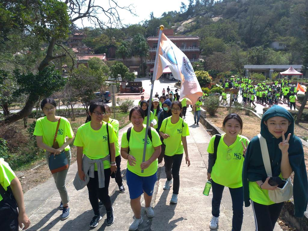 國立金門大學慶祝建校24周年,近千位師生今天在17面系旗的引導下,登上全島第一高峰太武山。(金大提供)