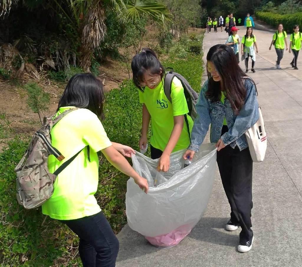 同學們沿途淨山,攜手一起做環保。(金大提供)