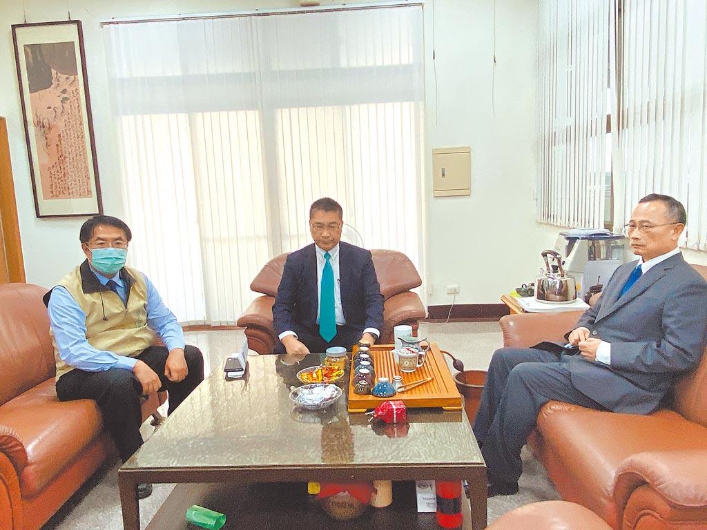 內政部長徐國勇(中)、警政署長陳家欽(右)昨下午到台南了解警方偵辦案情內容,左為台南市長黃偉哲。(曹婷婷攝)
