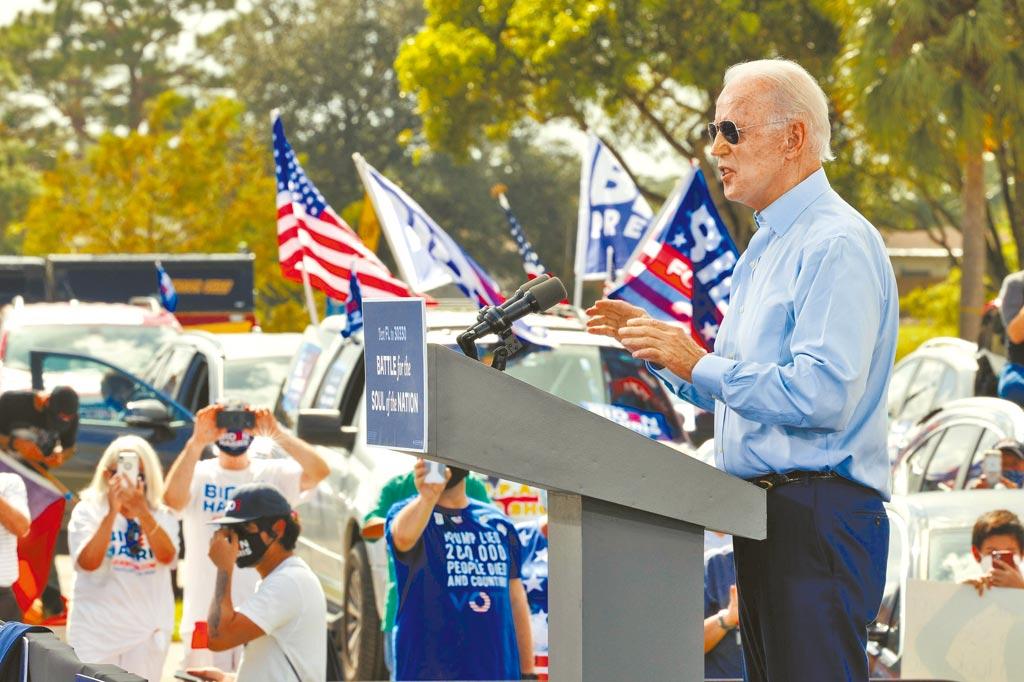 民主黨總統候選人拜登在佛羅里達州的一場群眾集會上,向支持者發表演說。(路透)