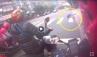暖炸!阿伯過馬路突倒栽蔥趴地 外送員棄車救人影片全網讚爆
