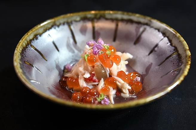 〈初魚 鐵板料亭〉Omakase套餐中的〈蒸鱈場蟹〉,是在鐵板檯上將蟹肉清蒸後,以日式三杯醋和清酒漬鮭魚卵提味,並搭配野菇增加口感。(圖/姚舜)