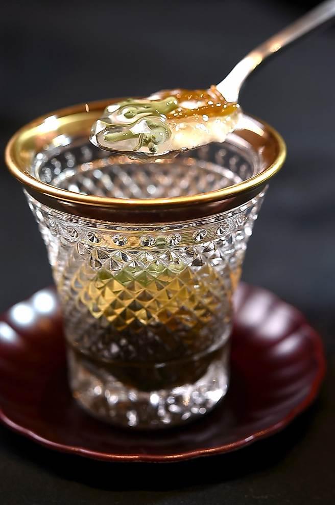 有別坊間傳統鐵板燒,〈初魚 鐵板料亭〉敦北店標榜套餐菜式融入了日本割烹料理精神,如前菜〈水雲醋〉常見於日本會席料理。(圖/姚舜)