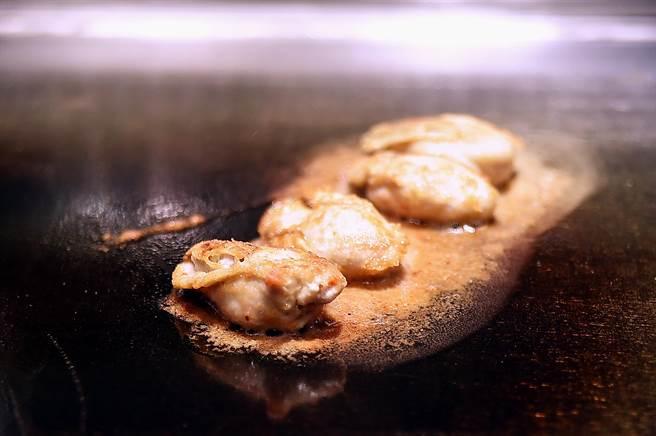 〈初魚 鐵板料亭〉敦北店烹製廣島牡蠣,是將口感富彈性並有濃厚海味的廣島生牡蠣,裹上日本細緻麵粉後香煎,再與其它食材搭配呈現。(圖/姚舜)