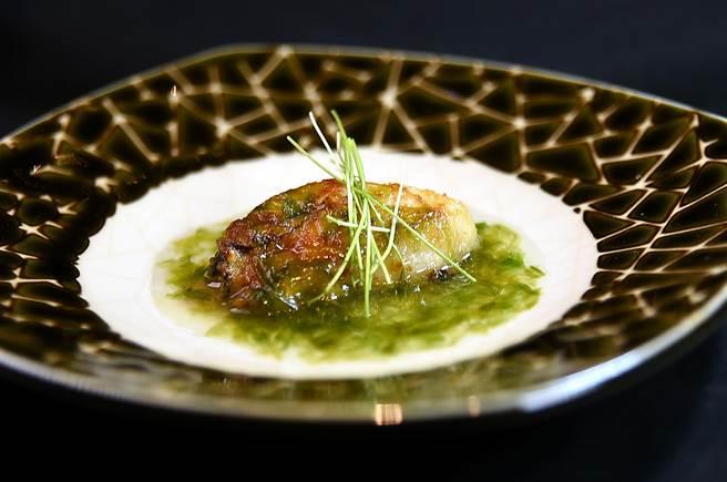 煎熟的廣島牡蠣是與海苔和芽蔥搭配呈盤,使口感與風味更富層次。(圖/姚舜)