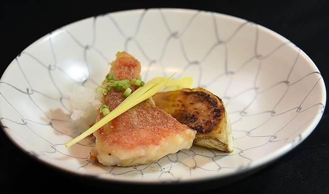 〈初魚 鐵板料亭〉敦北店的鐵板香煎喜之次魚,肉厚且柔、脂香四溢,呈盤時會再搭配鐵板煎日本茄子。(圖/姚舜)