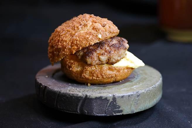 〈初魚 鐵板料亭〉敦北店套餐中的〈和牛漢堡〉,是用放大版的法式泡芙夾著和牛漢堡排與滑嫩炒蛋作餡,風味與口感都讓人驚艷。(圖/姚舜)