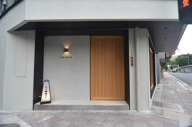 開在台北小巨蛋商圈的〈初魚 鐵板料亭〉敦北店,開在傳統社區公寓中,有一股「私廚」氣韻。(圖/姚舜)