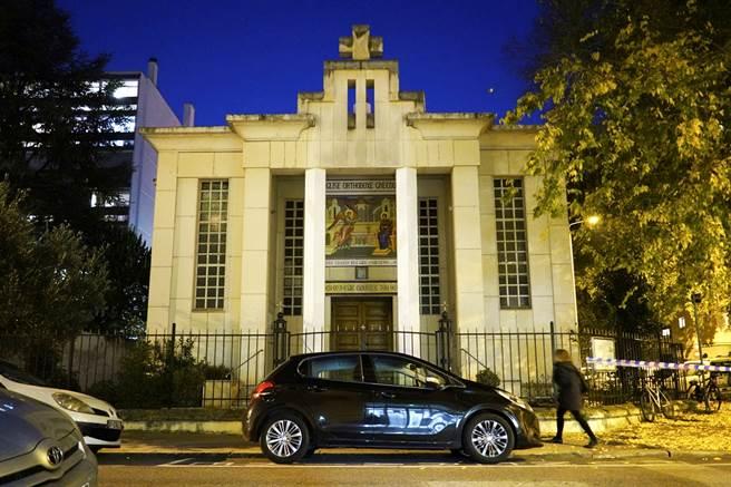 繼尼斯3人恐怖屠殺後,法國第三大城里昂10月31日再發生一名希臘籍東正教神父在關閉教堂時遭槍擊事件,神父傷勢嚴重,仍在和死神拔河。圖為發生槍擊的東正教教堂。(圖/美聯社)