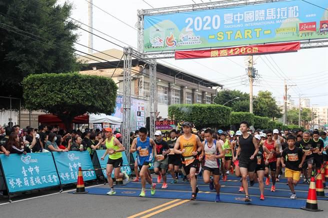 2020台中國際馬拉松吸引近1萬2000名跑者參賽,分別挑戰42公里全馬組、22公里超半馬組 、12公里挑戰組及6公里樂活組等。(王文吉攝)