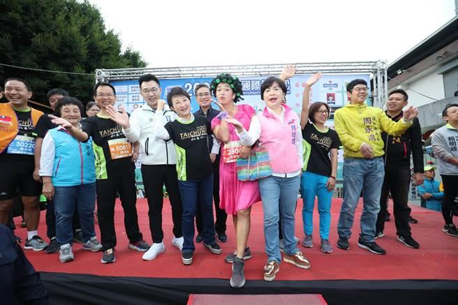 有跑者戴上整頭髮捲,挑戰2020台中國際馬拉松,十分有趣吸睛。(王文吉攝)