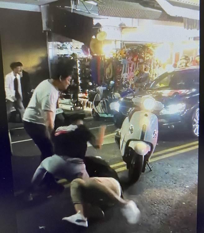 嘉義市文化路夜市今天凌晨發生3名男子互毆,警方帶回調查。(截圖自綠豆嘉義人)