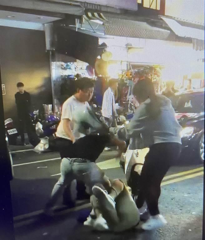 文化路夜市今天凌晨有3名男子互毆,1名女子上前勸架。(截圖自綠豆嘉義人)