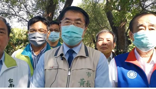 外界關心的台南女大生命案員警獎懲,黃偉哲(中)表示,不寬貸也不包庇。(劉秀芬攝)