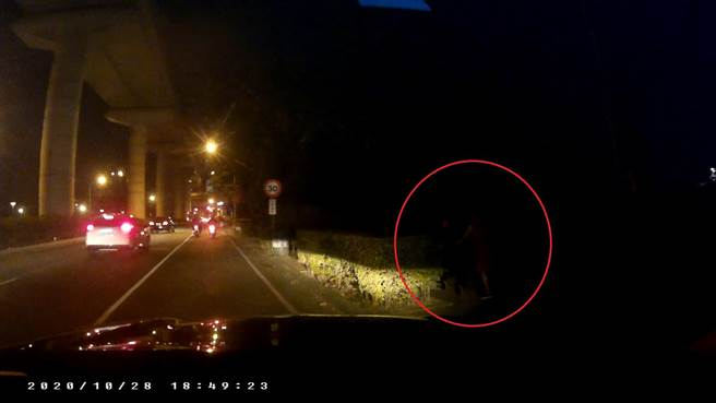 經勤工所員警載著報案人沿著醫院周邊找尋,終於在繞行約20分鐘後,在1公里外的建國路與環中路口看到幾乎被夜色掩蓋的鄭母身影。(台中市第三分局提供/馮惠宜台中傳真)