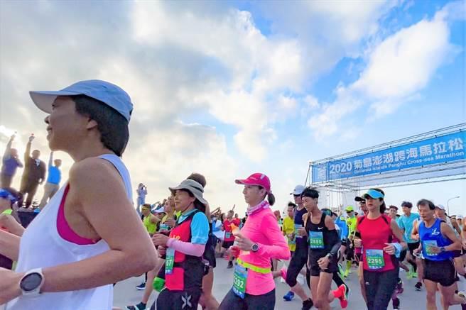 「2020菊島澎湖跨海馬拉松」破曉開跑,2800多名長跑好漢奮勇爭先搶第一。(陳可文攝)