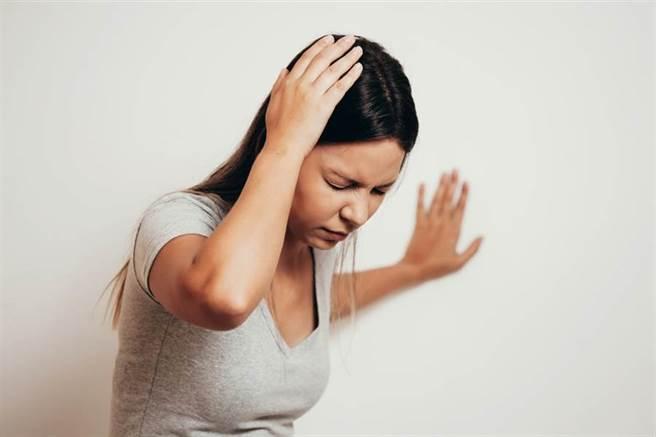劇烈頭痛、噁心想吐,醫警告:10月至11月是「蜘蛛膜下腔出血」高峰期,死亡率極高。(示意圖/達志影像)