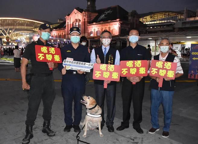 「台中國際舞蹈嘉年華」活動盛大展開,台中市警局第一分局出動警力維持現場交通及秩序,並出動警犬到場偵測是否有爆裂物或毒品。(警方提供/陳淑芬台中傳真)