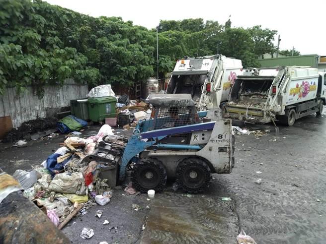 北市環保局查獲3家公司,違法囤積及轉運垃圾。(北市環保局提供/游念育台北傳真)