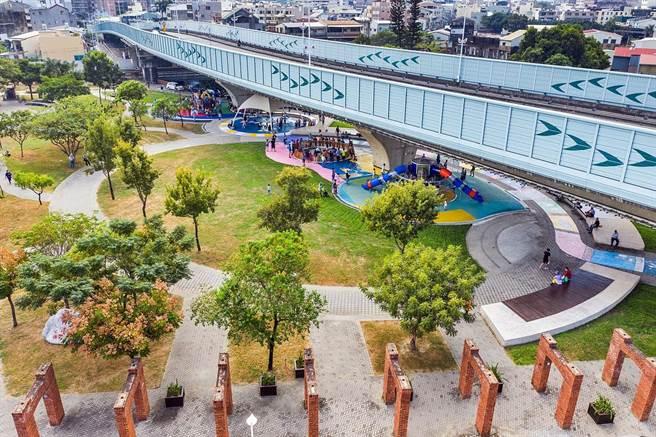 嘉義市垂楊大橋下番仔溝公園帶狀全齡遊戲場啟用。(嘉義市政府提供)