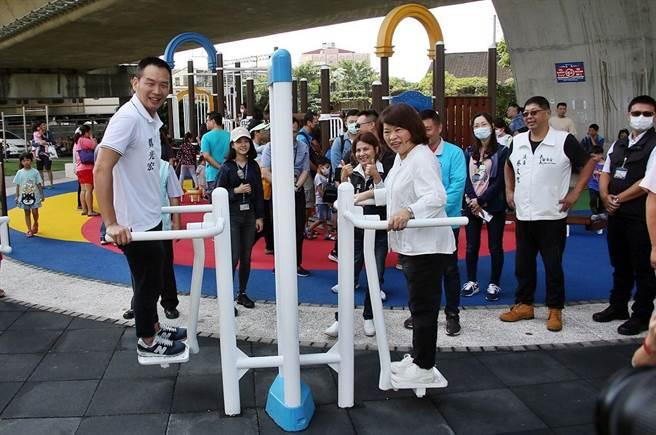 嘉義市番仔溝公園新設施啟用,市長黃敏惠(右)體驗好好玩。(廖素慧攝)