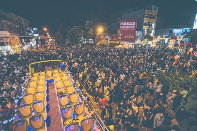 海安商圈舉辦萬聖節派對,將一輛公車打造成載「鬼」的屍速列車。(海安路商圈提供/程炳璋台南傳真)