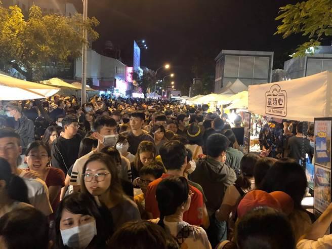 海安路商圈舉辦萬聖節封街活動,催出數萬民眾上街參與,不料當晚警方查獲酒駕案件數也隨之增加。(海安路商圈提供/程炳璋台南傳真)