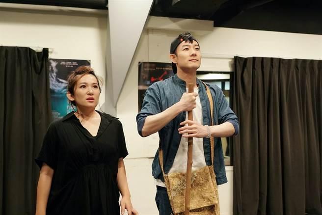 施易男和羅美玲排練舞台劇《大寶神珠》。(夢蓮花文藝基金會提供)