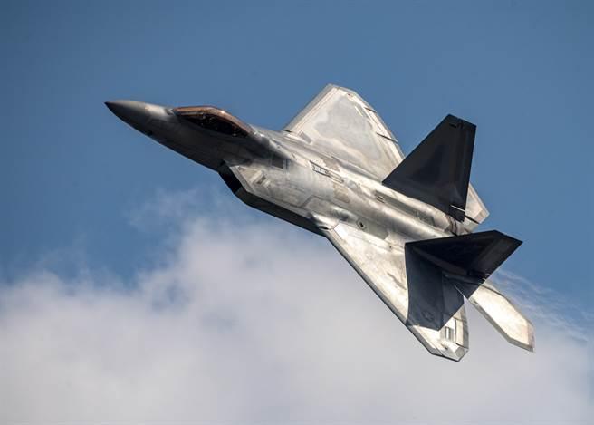 以色列媒體傳出川普已同意出售F-22戰機予以色列,以平衡美國出售F-35戰機給阿聯酋造成的影響。(圖/美國空軍)