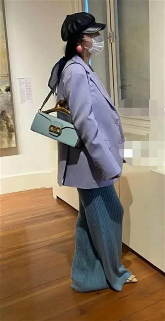 范冰冰近日被捕獲現身拍賣行看畫,全身包緊緊。(取自微博)