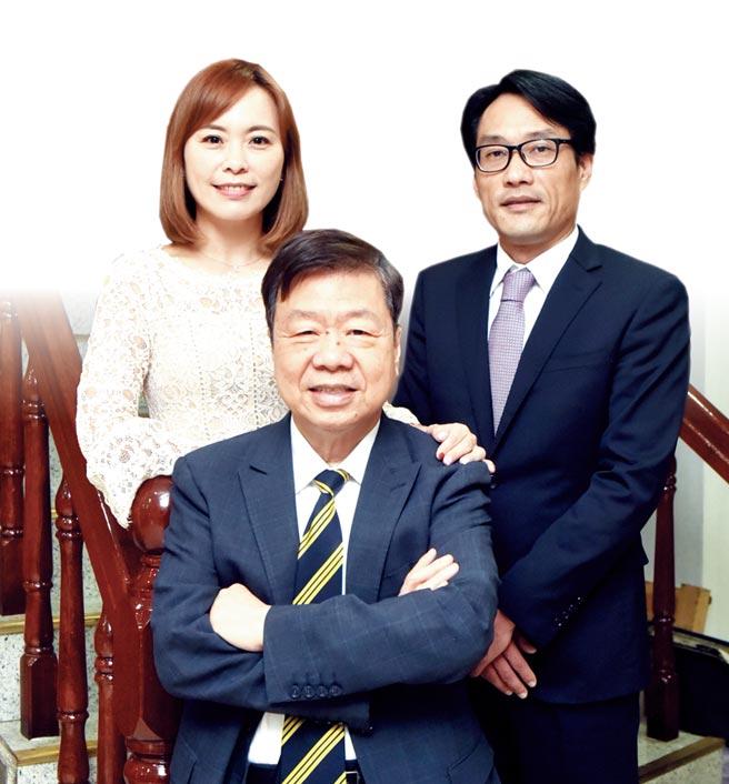 友嘉集團總裁朱志洋鼓勵二代持續學習,與女兒朱姵穎、女婿黃威翌常常成為同學。圖/顏謙隆