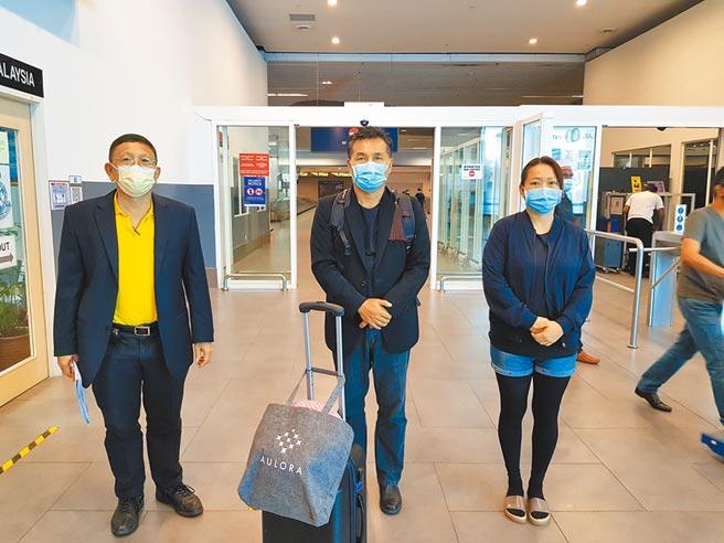 馬來西亞籍女大生在台遭殺害,家屬今晚抵台處理後事。圖為女大生父母飛抵吉隆坡轉機,大馬留台校友會聯合總會署理會長洪進興(左)前往接機並協助來台事宜。(中央社)