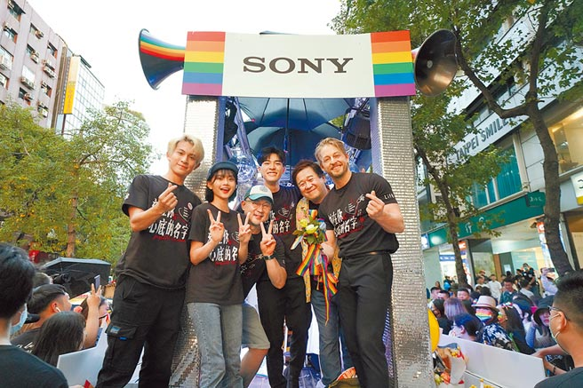 林暉閔(左起)、邵奕玫、導演柳廣輝、陳昊森、監製瞿友寧及法比歐在花車舞台上與粉絲互動。(索尼影業提供)