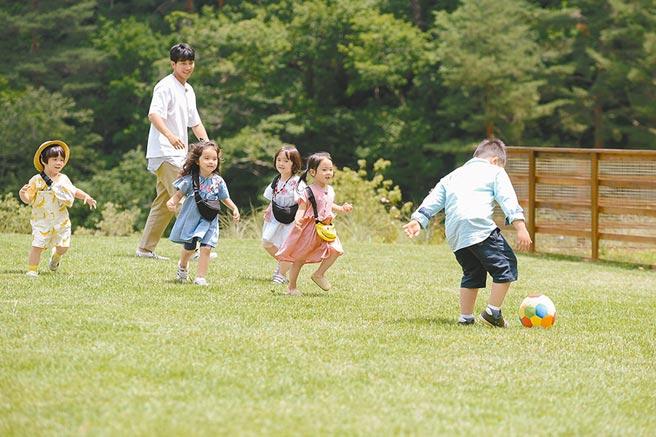 李昇基和小孩們在大草皮上玩耍。(中天娛樂台提供)