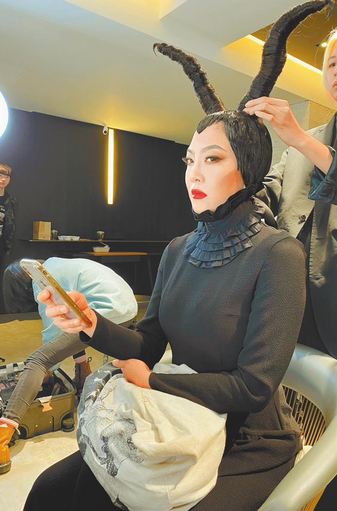 「髮神」吳依霖因應萬聖節,花7小時變裝成「黑魔女」。(喜鵲娛樂提供)