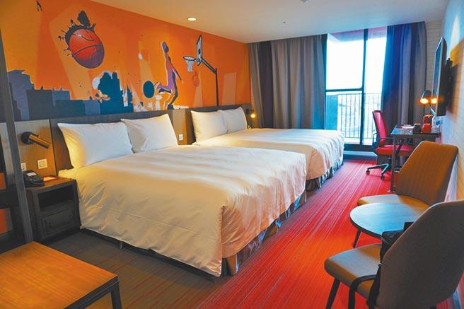 今年全新落成的「麗寶賽車主題旅店」房內以賽車、運動元素為主要設計風格。(何書青攝)